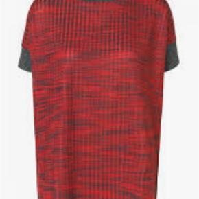 Varetype: Bluse Farve: Rød, Sølv Oprindelig købspris: 1299 kr. Prisen angivet er inklusiv forsendelse.  Smuk bluse fra Malene Birger i rød med metallisk, ribstrikket opslag. Aldrig brugt, stadig med prismærke. Modellen hedder Falmia.