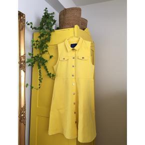Sælger denne fine solgule kjole fra Résumé.  Måske din nye sommerkjole?🌞 Fin med en t-shirt under eller en meshbluse på køligere dage.  Den måler 90 cm i længden. Har aldrig været på og den er stadig med prismærke. Ny pris var 1000,-. 100% bomuld. Sødeste detalje på knapperne med et lille hjerte. #trendsalesfund