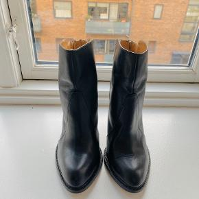 Zara basic collection black leather ankle boots. Western inspiration, zipped in the back. Approx 9 cm heel. Size 38. Very good condition, worn twice only.