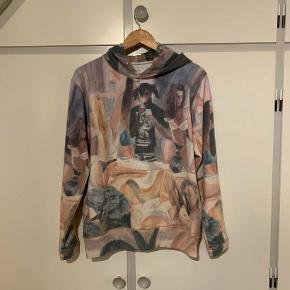 Vildt fed 'Holm' hoodie fra Soulland sælges. Den er næsten ikke brugt og fremstiller en sort mand med en iPhone omgivet af modeller på et toilet :) 299