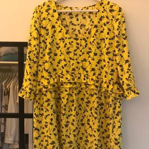 Super fint kjole fra Envii.  Brug én gang, og fremstår fuldstændig som ny.