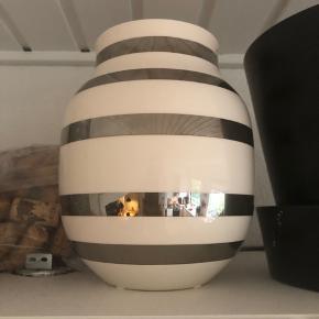 Fin jubilæumsvase med sølv. Mellemstor i str.