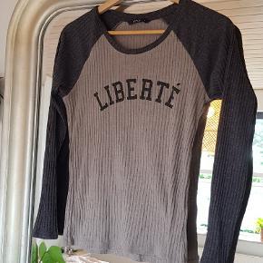 """Ribbet """"baseball"""" tee lign. Bluse med teksten """"Liberté""""  * OBS - Jeg fjerner altid mine annoncer efter salg, så hvis den forsat figurer på min side, så er annoncen stadig aktiv *"""
