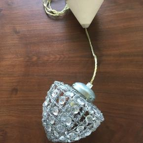 Robust lille loftlampe i rå og romantisk udtryk