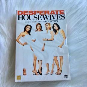 Desperate housewives sæson 1 sælges billigt!🌸 Alle dvd'er er intakte og virker som de skal😊 - skriv gerne for mere info!