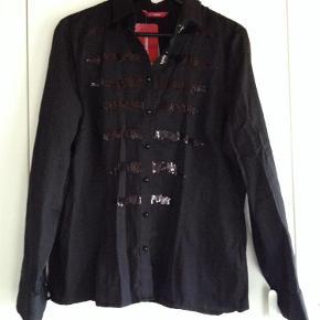 Brand: Lc waikikki Varetype: Ny skjorte med pailletter Størrelse: 44 Farve: Sort  Kun prøvet på, passer den desværre ikke :(  Bryst ca 114 cm. Længde ca 67 cm. Ikke gennemsigtig. :).   Sender med DAO  BYD gerne   Se også alle mine andre annoncer!