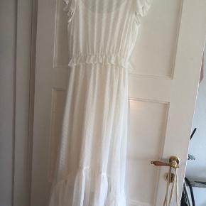 Super flot kjole med tilhørende underkjole   Brugt et par gange og er i fin stand.   Sælges da den sidder lidt for stramt på mig   Sendes med dao for 38kr eller mødes i Kbh