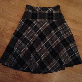 Brand: e Varetype: Rigtig sød ternet nederdel Farve: Se billede Oprindelig købspris: 350 kr.  Giver mængderabat :)