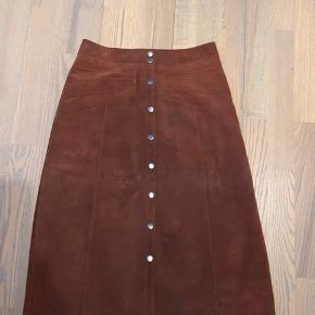 Nederdel fra Gestuz i ruskinds materiale med knapper. Style: Daya skirt  #Secondchancesummer