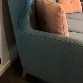 Fin 3-personers sofa fra Sofakompagniet i petroleumsblå uld. Fremstår i pæn stand, er ikke 'nusset' i stoffet. Renset med prof. tæpperenser.  Skal afhentes i 6752 Glejbjerg