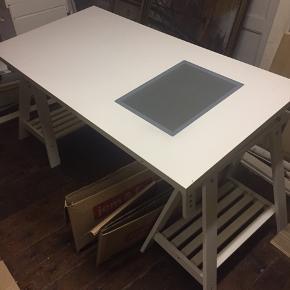 Ikea skrivebord med glasplade til rentegning. Længde 150 bredde 75 højde, justerbar