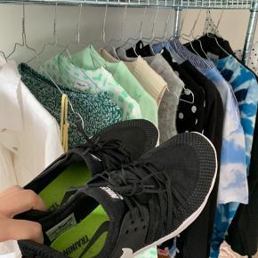 Gode nike sko, som har været brugt enkelte gange indendørs. Passer 39-40