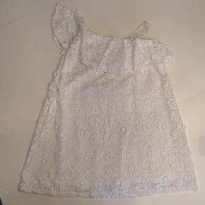 Den sødeste, hvide kjole med skrå strop. Brugt én gang. Fuldstændig som ny.
