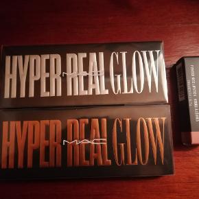 Mac paletter og læbestift. Helt nye og aldrig åbnede.   Hyper Real Glow, Get Lit. Nypris 435kr. 200kr.  Hyper Real Glow, Shimmy Peach. Nypris 435kr. 200kr.  Mac læbestift, Powder Kiss Reverence. Nypris 175kr. 100kr.