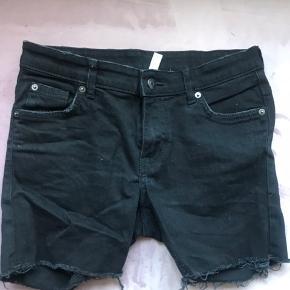 """Fede shorts, købt i H&M sidste år. Jeg kan desværre ikke være i dem længere, så nu må de videre.  De er ubrugte, kun prøvet på. - så de er altså købt med den """"slitage"""" du ser på billederne 😉  Passes af en small/medium Der er en smule elastan i stoffet, så de stretcher en smule.  Prisen er uden fragt, som køber selv betaler. Ellers kan de afhentes i Århus C ☺️"""