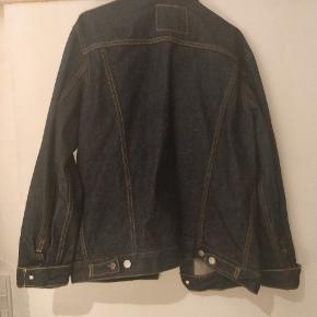 Levis jakke aldrig brugt  Fik den i gave og den passede ikke Ny pris 849 kr Pris 500 men kom gerne med bud