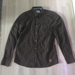 Jeg sælger denne brune Kronstadt skjorte for min kæreste. Det er en størrelse XL, som han aldrig har brugt.  Vi har ingen fast pris, så endelig bare byd :)