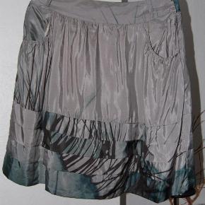 Varetype: nederdel i satin look Farve: Armygrøn Oprindelig købspris: 499 kr. Super flot og classy med lommer
