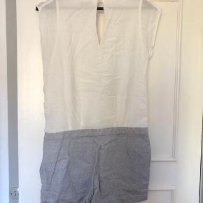 Super fint playsuit fra Mango, brugt få gange. Shorts grå og overdel hvid, med slå om effekt.  Str. S, men fitter nok mere en xs