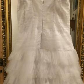 Konfirmationskjole fra 2010. Købt i butikken 'Kidmose' i Ålum (butikken er siden lukket ned)  Der er hverken mærke eller størrelse i, men jeg mener den er fra mærket 'Lucca' eller 'Partyline' (Jeg er ikke sikker!). Str. er jeg heller ikke sikker på, men jeg har prøvet at måle kjolen. Mål: (Den er kun målt på fronten, med en tommestok)  Bryst: 38,5 cm. Talje; 35 cm. Hofte: 40 cm.  Længde; 72 cm.  Kjolen er kun brugt den ene gang, og kommer fra et ikke-ryger hjem. Kjolen har hængt i en pose i et skab lige siden, og er derfor så god som ny trods sin alder, på nær sløjfen, som er gået af i syningen på midten, den er på billederne sat fast med en sikkerhedsnål. :-)