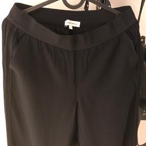 Brugt sparsomt, super lækre bukser med vrede ben og detalje i siderne samt elastik i taljen. Svarer til en m. Købt i OZ. Viscose. Handler Ts!