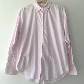 Nålestribet lyserød/hvid skjorte fra Arket i Oxford kvalitet. Brugt i en kort periode, fremstår som ny uden pletter eller lign.