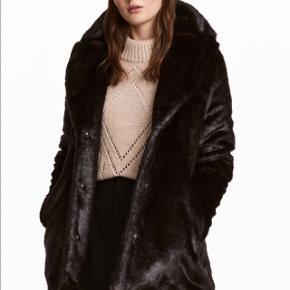Sælger denne super lækre mørkebrune faux fur fra H&M.  Helt ny, aldrig brugt, stadig med mærket på.  Har 3 knapper foran.   Kan mødes og handle i København K eller sende med DAO via Trendsales handel - pris for fragt kommer oveni :)