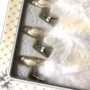 """Lisbeth Dahl """"Merry Christmas"""" håndlavet glas juleornamenter med fugl m. fjer motiv x5 (bemærk: der er oprindeligt 6 i pk., men sælger 5 stk.) i hvide nuancer med glimmer samt hvidt silkebånd til at hænge på juletræet 🕊 OBS: De er et fejlkøb og dermed ubrugte   Byd gerne kan både afhentes i Århus C eller sendes på købers regning 📮✉️"""
