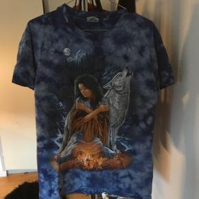 """Jeg overejer at sælge denne virkelig fede vintage t-shirt i mørkeblå, med tie dye & et virkelig fedt """"billede på"""" - Der er en glimmer på ilden (se 4. Billede) - sælger kun hvis rigtige bud kommer❣️ Mp: 200kr"""