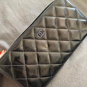 Ægte Chanel pung med serienr og kort. Pungen har oprindelig været blå, men er farvet sort.  Den har brugstegn, men er stadig super flot.