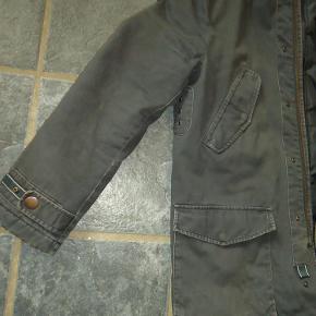Lækker rå herre parka coat / frakke fra Jack & Jones. Størrelse: Medium Farve: Koksgrå Oprindelig købspris: 1300 kr. Født med det lidt slidte, rå look. Masser detaljer : 4 lommer foran, 2 inderlommer, justerbar ved ærmeåbning, lynlås og trykknap lukning, aftagelig pelskant, indspænding af hætten, kan strammes ind i ryggen indvendig fra. Købt med slid på ærmekanterne - se billeder. Brugt kortvarigt - desværre blevet for lille til min søn. Sender gerne på købers regning : DAO 44,-