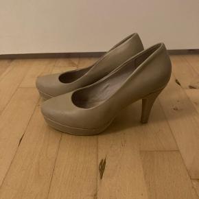 Hælen på skoen er lidt slidt, som man kan se på billedet men det ligger man ikke så meget mærke til. BYD gerne :)
