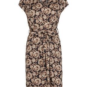 Super lækker kjole med print.  Kan bruges både med og uden bindebånd.   Jeg bytter ikke 😊
