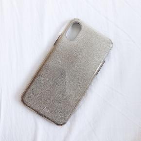 Jeg sælger mit Puro iPhone X cover, da jeg slet ikke får det brugt. Brugt meget få gange, men har ingen brugsskader overhovedet. Fremstår fuldstændig som ny.  Jeg mener, at havde givet 200-250 kr. for ny.  Det er i farven guld med glimmer.   Køber betaler porto.