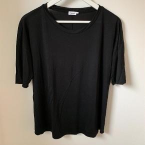 Varetype: Viscose t shirt. Farve: Sort Oprindelig købspris: 700 kr. Prisen angivet er inklusiv forsendelse.  Længde på ærme går til albuen. Blød viscose.
