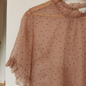 Fineste prikkede bluse fra Neo Noir. Brugt men i god stand.