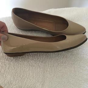 Varetype: Smukke nude lak ballerinaer fra Givenchy Farve: Nude  Smukke nude lak ballerinaer fra Givenchy. Er i fin stand men med brugsmærker ved hæl og på siden. Ikke noget der skæmmer skoen.   Bytter ikke  Mp 500 pp