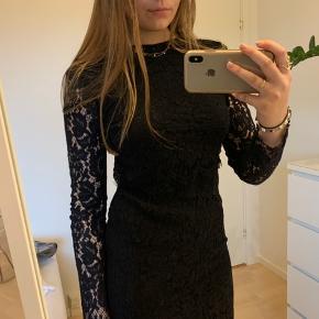Sælger denne flotte blonde kjole fra Vila. Brugt 1 gang.