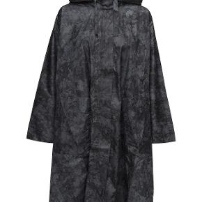 """Masai regnponcho - modellen hedder """"Tasima Cape Oversize"""" Størrelsen er en XS - jeg bruger en 36-38 normalt og passer den. Farven hedder STONE ORG  Nyprisen er 899 kr.  Fejlkøb - jeg har ikke brugt den.   Detaljer: Masai STONE ORG 100% polyamid Oversize pasform Draperet silhuet Vandafvisende Skjult lynlås Må ikke vaskes"""