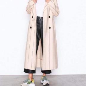 Frakke fra Selected femme, står som helt ny da den aldrig er blevet brugt. Købte den før vinteren og fortrød desværre ret hurtigt. Sælger for 800. Nypris 1900 💫