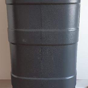 Helt ny. Pris set op til 559,50 kr. Smart, flot og anderledes udseende regnvandstønde, end dem jeg normalt har set!  Nedenstående beskrivelse er lånt fra internettet: Greenline regntønde i grå på 100 liter. Stor regntønde på 100 liter til dig, der gerne vil bruge regnvandet til at vande planterne med og på den måde spare penge på vand. En tud forneden på regntønden gør det nemt for dig at få vandet ud. Du får regntønden leveret med børnesikring og med tilslutning til nedløbsrør.  Højde 1230 mm Bredde 380 mm Dybde 380 mm