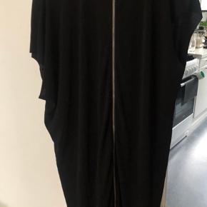 Elegant og rå på samme tid - kjole med skænt fald og fed detalje ned gennemlynet ryg. Aldrig brugt. Rummelig model. Ikke asymetrisk, blot svær at fotografere på bøjle.  Bytter ikke - Sender gerne - Prisen er fast med mindre du køber flere ting.