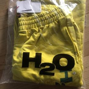 Bright yellow Men's H2O track suit trousers in XXL.  Brand new, still in original packaging with all the labels attached - around 500 DKK new I think, but I don't remember exactly. Any questions please ask :)