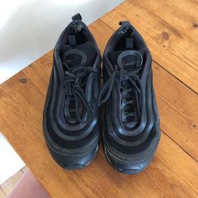 De fedeste Nike air max 97, som er brugte men stadig har mange år endnu.  De har huller ved hælen, men det er ikke noget man kan mærke når man har dem på.  De kan garanteret gøres flotte igen ved en rengøring!   Byd gerne 🌸
