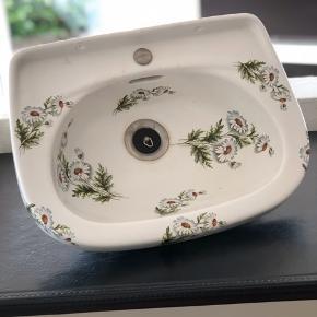 Er du på jagt efter unika til dit badeværelse? Elsker du vintage i dit hjem? Så er det nu du skal slå til. Sælger denne helt og aldeles bedårende porcelænshåndvask fra en svunden tid. Den stammer fra et gammelt pensionat i Paris. Den er i særdeles god stand. Jeg har aldrig set smukkere.  Bredde 37cm Vil sælge for 1000,- kr i en hurtig handel.