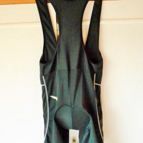 Cykelshorts, Brico, str. L Pæne sorte cykelbukser til mænd, kun brugt få gange og uden slid og pletter Med puder Antiskrid elastik nederst ved ben 80 % polyamid + 20 % elastan Størrelse guide. ca. Højde: 180 - 185 cm. Talje: 88 cm. Hofte: 104 cm. Vægt 80 kg Billed farven er desværre ikke god, de er flot sorte Porto som forsikret pakke med DAO uden omdeling , fremme på 2 - 4 dage Har mobil pay