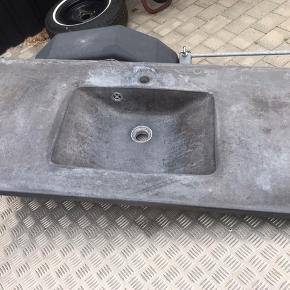 Rustik betonbordplade med vask. Trænger til en gang rengøring og olie og den vil stå som ny igen.  L: 123 B: 54 Nypris 5000kr for ca 6-7år siden. Hentes hurtigts muligt😊 Kan afhentes hurtigst mulig