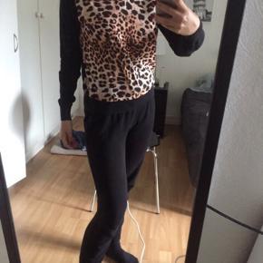 Flot bluse i uld (leopard delen er polyester) str 34 fra H&M Trend.  Brugt få gange.  Nypris: 399kr  Sælges for 30kr plus porto