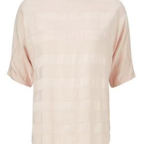 Varetype: Eksklusiv bluse Farve: Nude, beige Oprindelig købspris: 800 kr. Prisen angivet er inklusiv forsendelse.  Virkelig lækker bluse fra Gustav.  Skøn at have på!