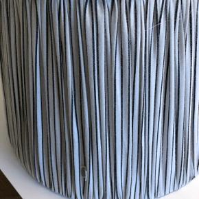 2 lækre lampeskærme fra Tine K i hvis med lysegrå striber. Kan bruges til bordlamper eller som loftslamper. Evt tilhørende ledninger medfølger til ophæng. Pris pr. stk 400kr ex fragt.